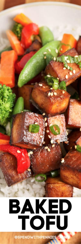 Cerca de una porción de tofu horneado aderezado con semillas de sésamo con escritura