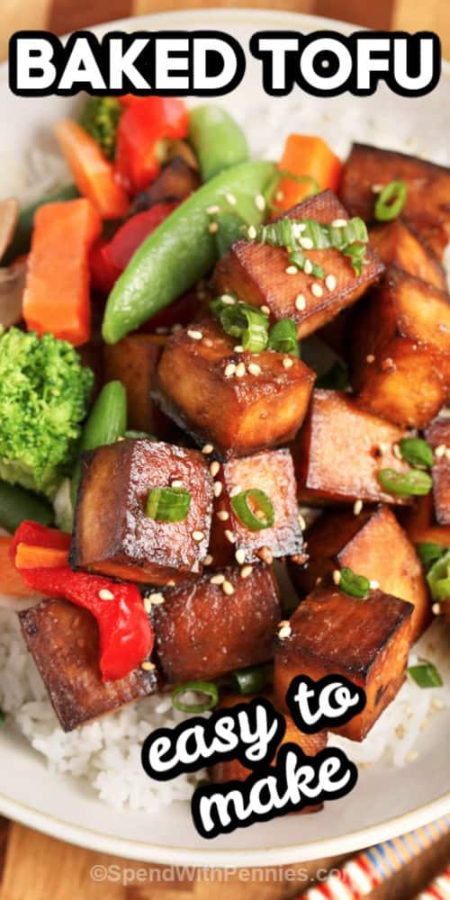 Una porción de tofu horneado sobre arroz con escritura