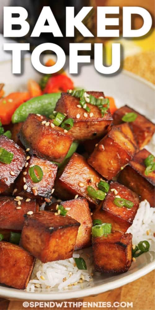 Tofu al horno en un plato con escritura