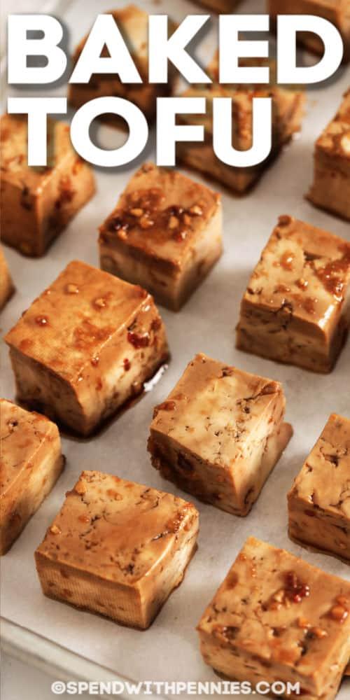Tofu horneado en una fuente para hornear con título