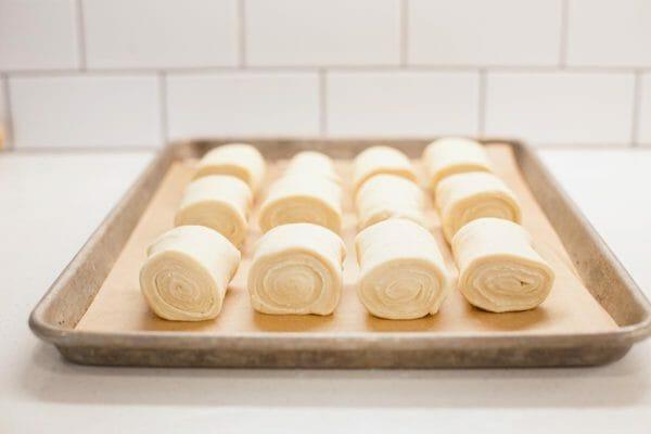 Masa de la receta del rollo de la casa del león que se levanta en una bandeja para hornear.