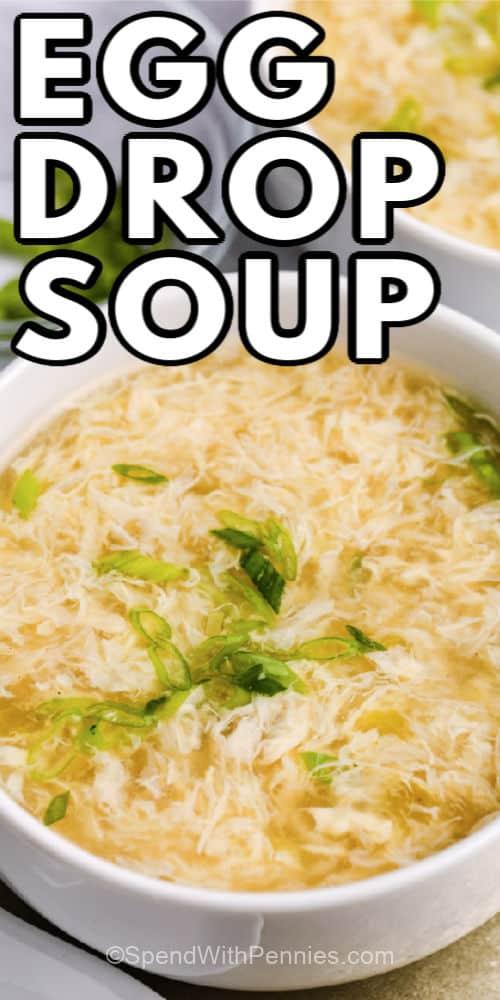 Sopa de huevo en un tazón blanco con un título