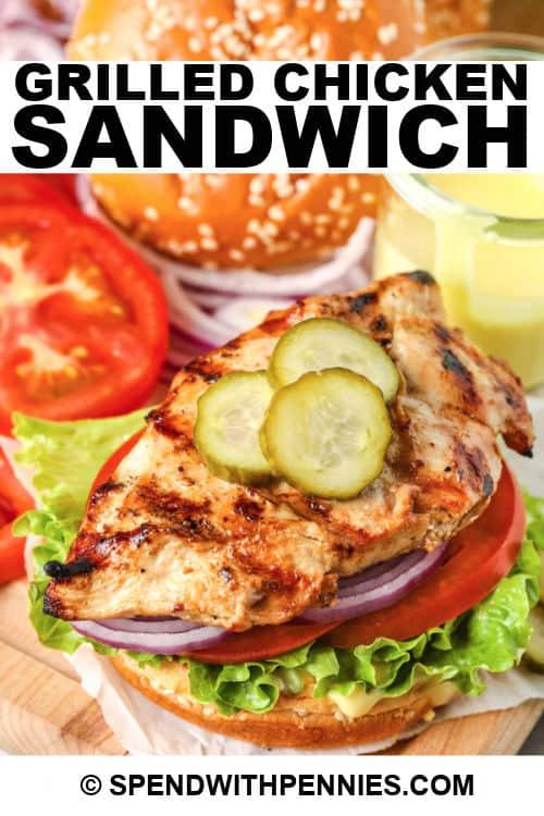 Sándwich de pollo a la parrilla con título