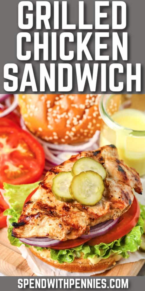 Sándwich de pollo a la plancha con escritura