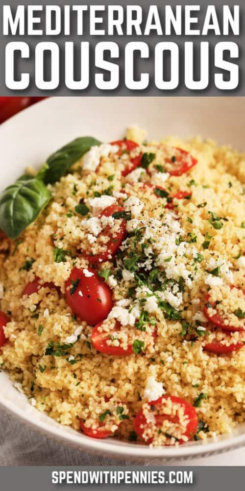 CousCous mediterráneo en un bol blanco con queso feta, tomates y decorar con un título