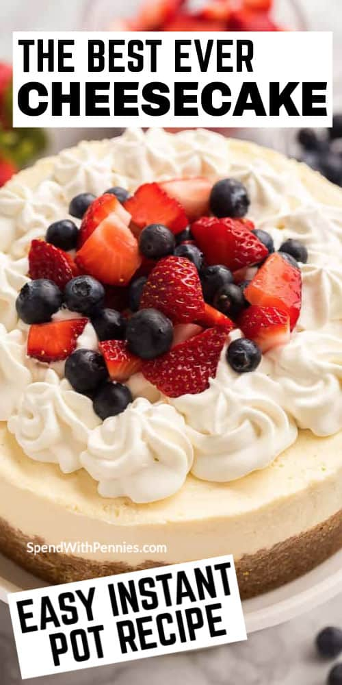 Cheesecake instantáneo con escritura y bayas en el fondo