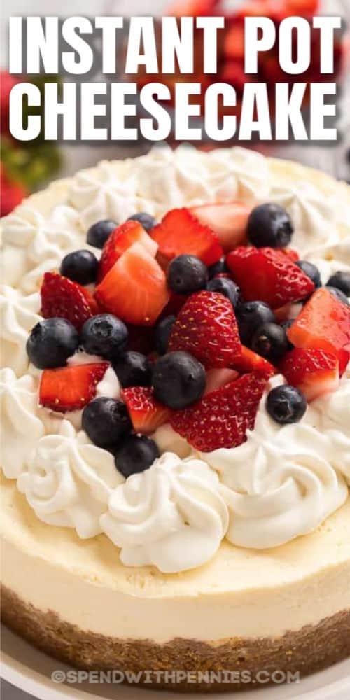 Cierre de frutas, crema batida en Instant Pot Cheesecake con escritura