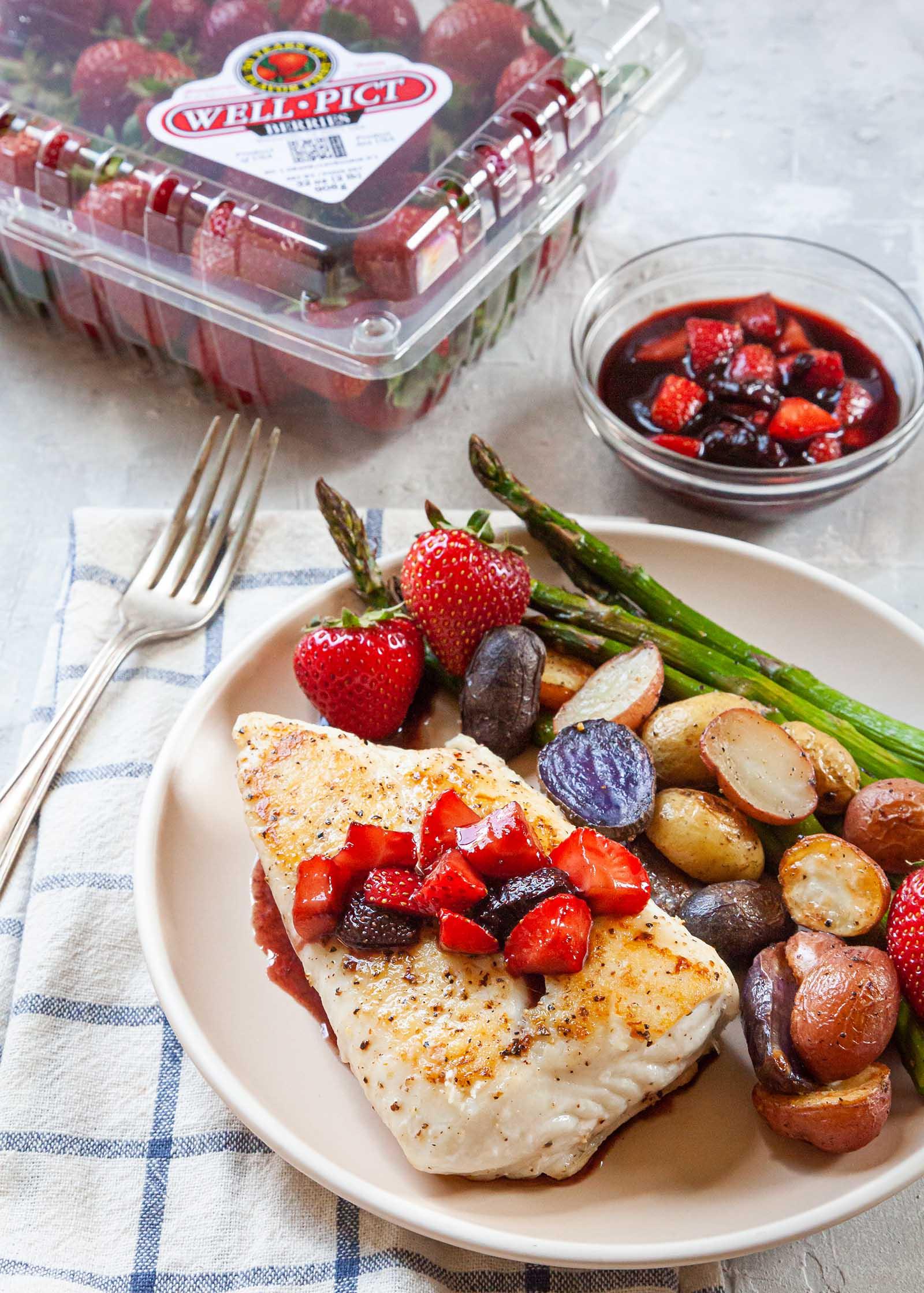 Fletán braseado con compota de bayas y verduras asadas