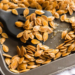 bandeja para galletas de semillas de calabaza tostadas y espátula
