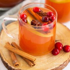 taza de vidrio de sidra de manzana caliente