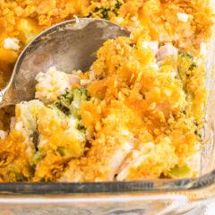 Cerca de la cuchara en hacer cazuela de arroz con pollo y brócoli