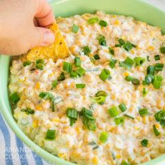tazón verde de salsa de maíz, tortilla chip para mojar a mano