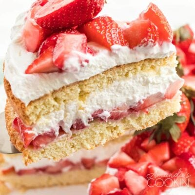 Rebanada de tarta de fresa en servidor de tarta
