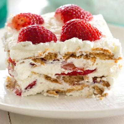 Rebanada de tarta de helado de fresa en un plato