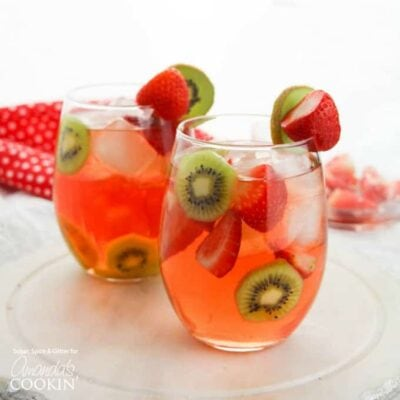 Dos vasos de sangría de fresa y kiwi