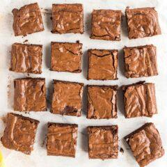 cortar cuadrados de brownie de dulce de azúcar