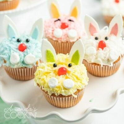 Un primer plano de un conejito cupcakes decorados