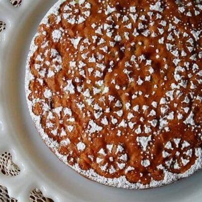 Una fotografía aérea de un pastel de manzana Merryfield en un plato blanco decorativo.