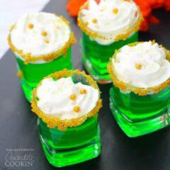 shots de gelatina verde con crema batida