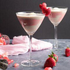 Deslizamiento de tierra rosa con guarnición de corazón de fresa
