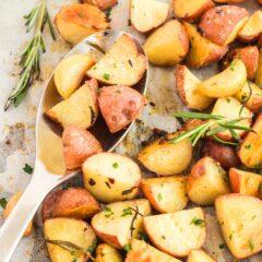 cuchara de servir recogiendo patatas asadas
