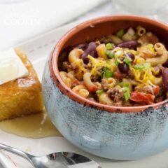 chili mac en un bol con pan de maíz al lado