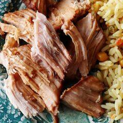 Una foto de asado de cerdo oriental de olla de cocción lenta.