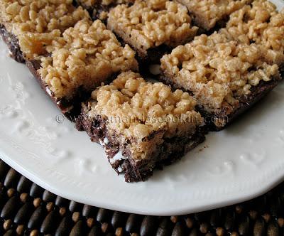 Una foto de barras crujientes de galletas masticables en un plato blanco.