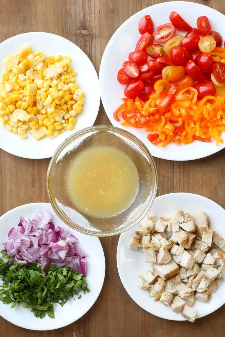 Imágenes paso a paso de los ingredientes de cómo hacer una ensalada de pollo mexicana.