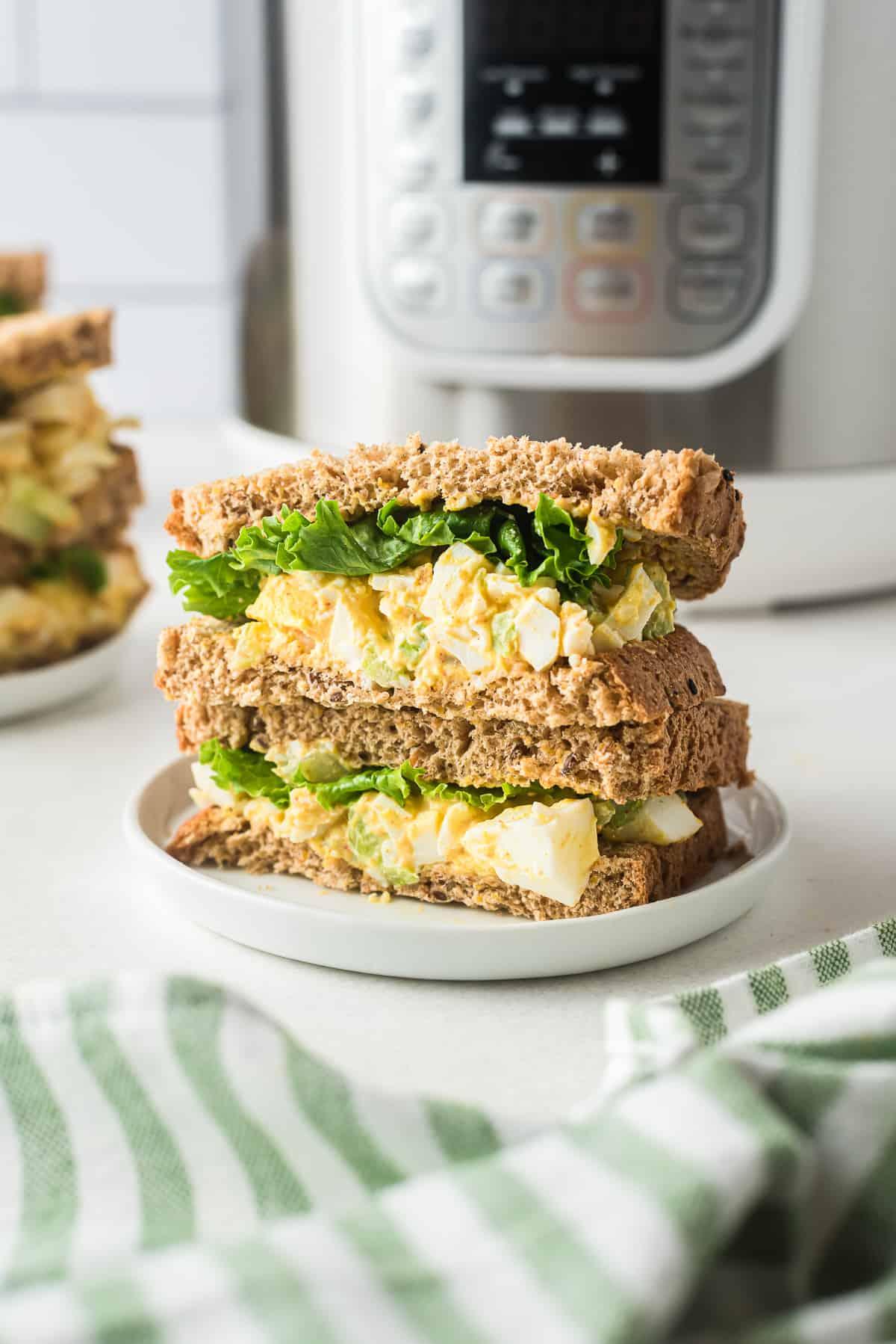 sándwiches de ensalada de huevo hechos en olla instantánea