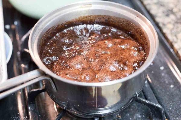 No hornee galletas hirviendo a fuego lento en la estufa para mostrar cómo hacer galletas sin hornear.
