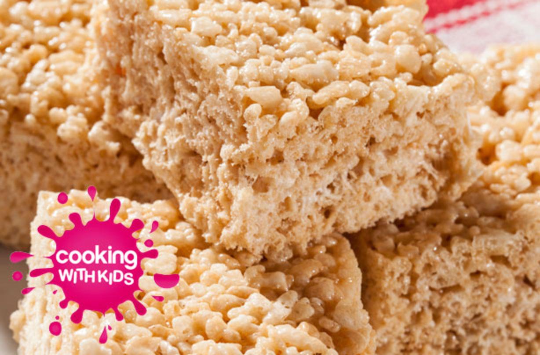 Bocaditos crujientes de malvavisco Enséñele a su hijo cómo hacer estos deliciosos bocados crujientes de malvavisco con nuestra guía paso a paso