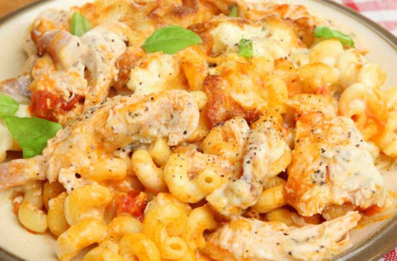 Horneado de pasta con pollo y tomate El horneado con pasta con pollo es una comida familiar clásica y esta receta de horneado con pasta con pollo y tomate es muy fácil de hacer.  ¡Nada mejor que hornear pasta para una cena entre semana!