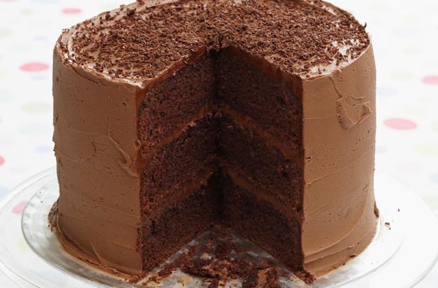 Pastel de chocolate de triple capa Este pastel de chocolate de triple capa es el mejor regalo para un adicto al chocolate.  Apile tres ricos bizcochos de chocolate con una lujosa crema de mantequilla de chocolate y cubra con una pizca de chocolate rallado