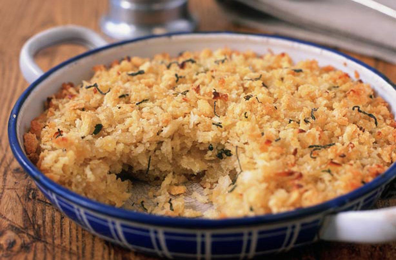 Relleno de salvia y cebolla Esta receta clásica de relleno de salvia y cebolla es muy fácil de hacer en casa.  El relleno casero de salvia y cebolla sabe mucho mejor que la versión en paquete